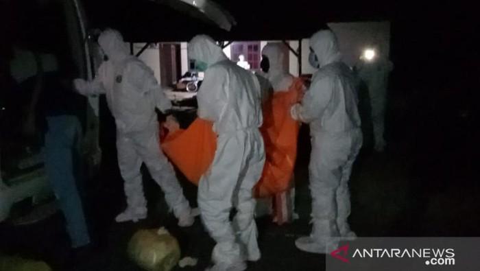 Petugas saat mengevakuasi mayat ibu dan anak di Kepri (Antara)