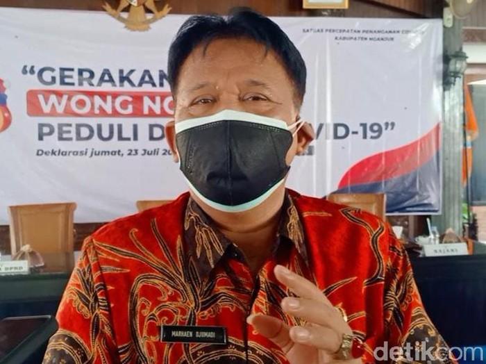 Plt Bupati Nganjuk Marhaen Djumadi memberikan satu kali gaji dan tunjangannya ke warga terdampak COVID-19. Itu sebagai tanda dimulainya gerakan Wong Nganjuk Peduli Terdampak COVID-19.