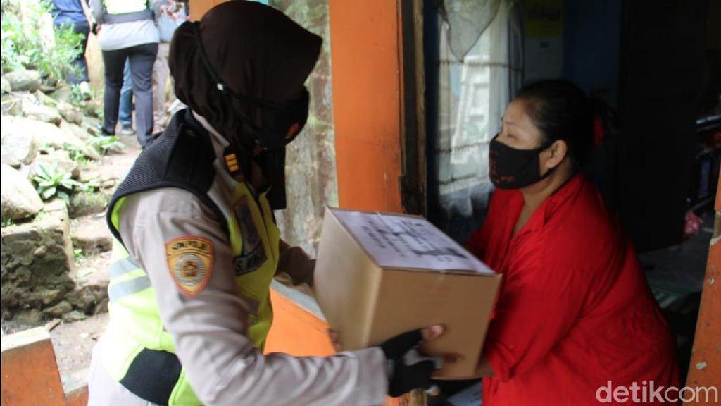 Polisi Salurkan Ratusan Paket Sembako untuk Warga Kota Sukabumi