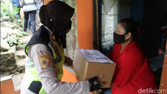 Polisi membagikan ratusan paket sembako untuk warga di Sukabumi