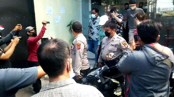 Polisi saat mengamankan lokasi penginapan yang digeruduk warga di Medan (Datuk-detikcom)