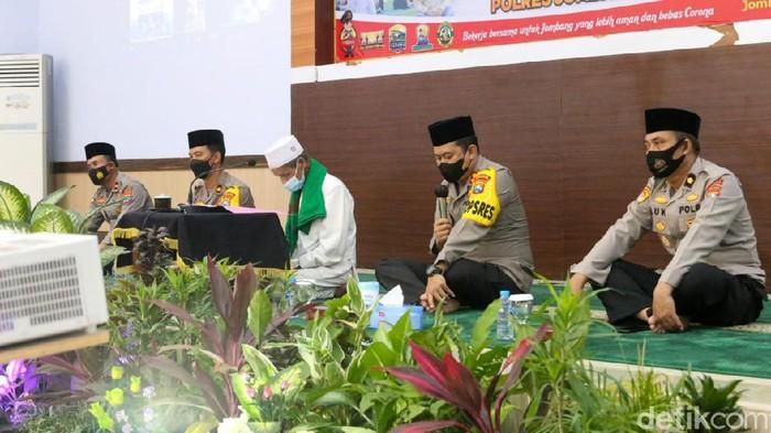 Polisi Jombang menggelar doa bersama Forkopimda dan ulama. Ini salah satu ikhtiar polisi agar pandemi COVID-19 segera berakhir.