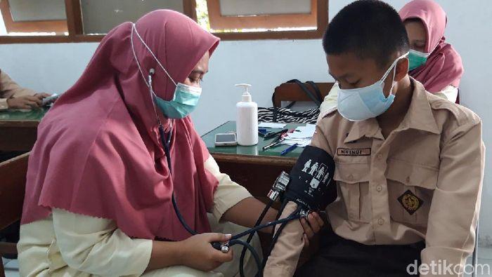 Ratusan pelajar SMP Negeri 1 Boyolali mendapatkan vaksinasi Corona atau COVID-19, Jumat (23/7/2021). Khususnya yang sudah berumur 12 tahun keatas. Ada 819 siswa yang divaksin.