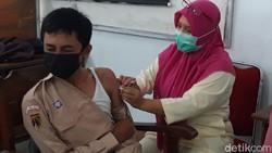 Ratusan pelajar SMP Negeri 1 Boyolali mendapatkan vaksinasi Corona atau COVID-19. Khususnya yang sudah berumur 12 tahun keatas. Ada 819 siswa yang divaksin.