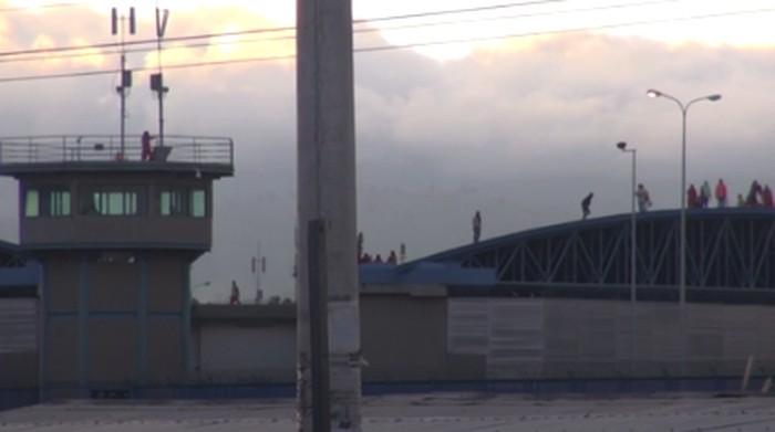 Kerusuhan terjadi di penjara utama di Guayaquil dan penjara Latacunga di Ekuador Tengah. Sedikitnya 21 narapidana (napi) tewas dalam insiden ini.