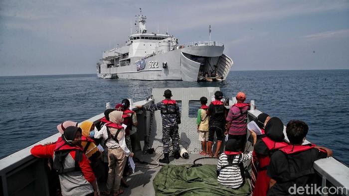 Serbuan vaksinasi COVID-19 kini menyasar warga maritim di Kepulaun Seribu. Semangat tersebut dilakukan oleh personel TNI AL. Yuk, intip foto-fotonya!