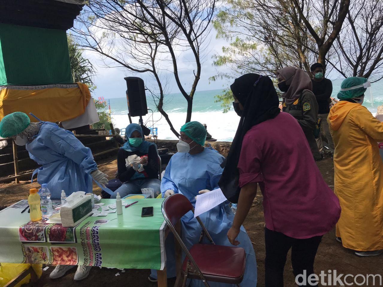 Suasana vaksinasi COVID-19 di Pantai Ngobaran, Kalurahan Kanigoro, Kapanewon Saptosari, Gunungkidul.
