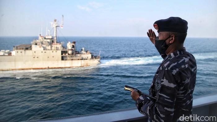 Pasukan TNI AL melakukan persiapan untuk serbuan vaksin di kawasan KRI Teluk Youtefa - 522 di perairan Kepulauan Seribu, Kamis (22/7).