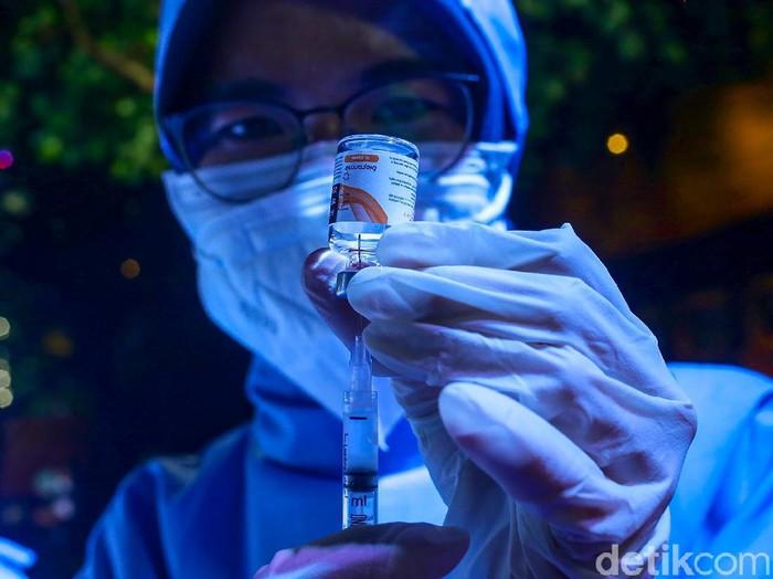 Sejumlah masyarakat tengah mengikuti proses vaksinasi di Bar Holywings, Gunawarman, Jakarta Selatan, Jumat (23/7/2021). Sejak 1 Juli, tempat ini menyiapkan tempatnya untuk dijadikan tempat vaksinasi bagi masyarakat.