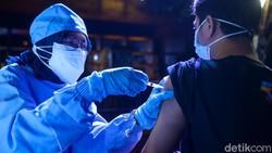 Ada cara unik untuk menjangkau vaksin untuk masyarakat salah satunya di Bar Holywings, Gunawarman, Jakarta Selatan, Jumat (23/7/2021).