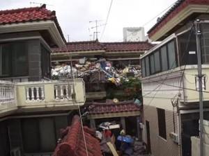 Viral Kisah Pasangan Lansia yang Penuhi Rumahnya Dengan Sampah Demi Anak
