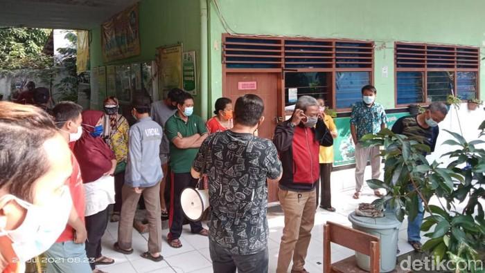 warga di surabaya demo tolak sekolah jadi tempat isolasi