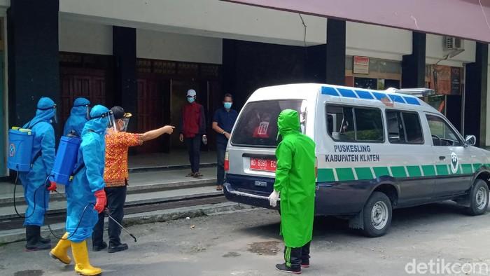 Warga terkonfirmasi COVID-19 dibawa ke GOR Gelarsena, Klaten, Jumat (23/7/2021).