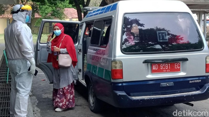 Evakuasi besar-besaran terhadap warga yang terpapar COVID-19 mulai dilakukan di Klaten. Warga dievakuasi ke lokasi isolasi terpusat di GOR Gelarsena.