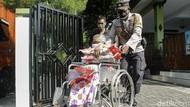 Warga Yogyakarta Terima Bantuan Beras Kala PPKM