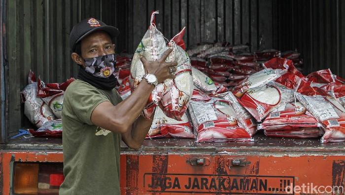 Perum Bulog menyalurkan program bantuan beras PPKM 2021 di Panembahan, Kemantren Kraton, Yogyakarta. Bantuan beras yang disalurkan sebanyak 221 paket.