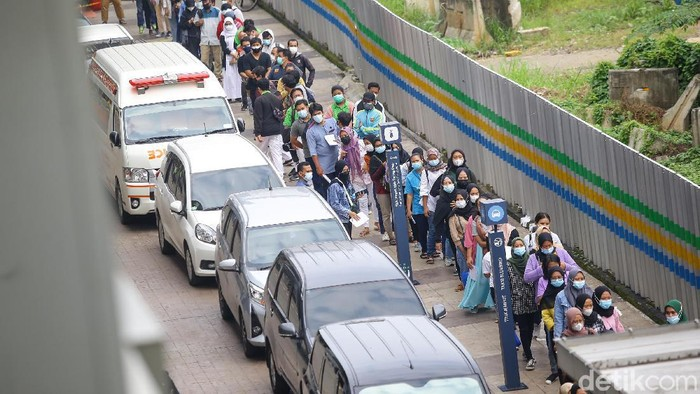 Warga berduyun-duyung mengantri vaksinasi COVID-19 di Stasiun MRT Blok A, Jakarta, Sabtu (24/7). Mereka terlihat bersemangat mendukung pemerintah dalam percepatan pembentukkan herd immunity.