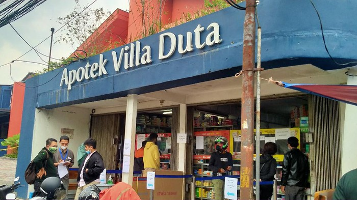 Apotek Villa Duta mendadak viral usai disambangi Presiden Joko Widodo saat mencari stok obat antivirus Oseltamivir hingga Azithromycin.