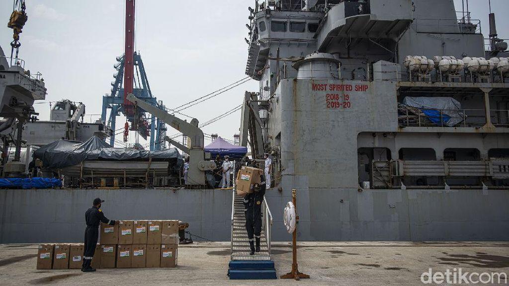 Penampakan Kapal Perang India yang Kirim Oksigen untuk Indonesia