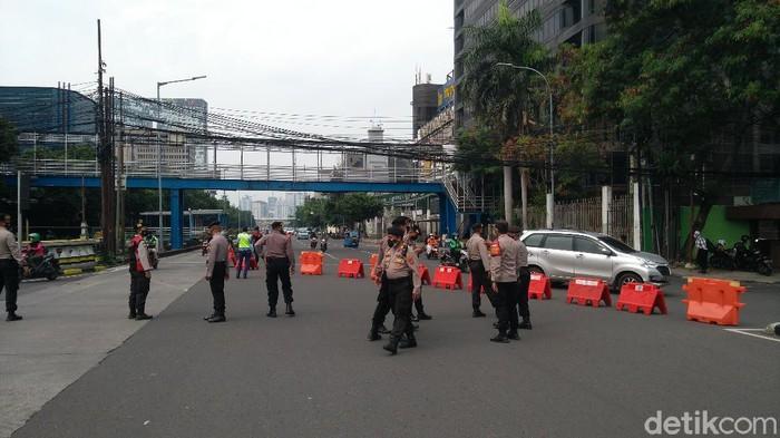 Beredar informasi aksi bertajuk Jokowi End Game akan bergerak dari Glodok menuju Istana Negara. Polisi menutup akses menuju Glodok. (Adhyasta/detikcom)