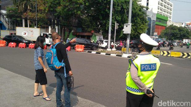 Beredar informasi aksi bertajuk 'Jokowi End Game' akan bergerak dari Glodok menuju Istana Negara. Polisi menutup akses menuju Glodok. (Adhyasta/detikcom)