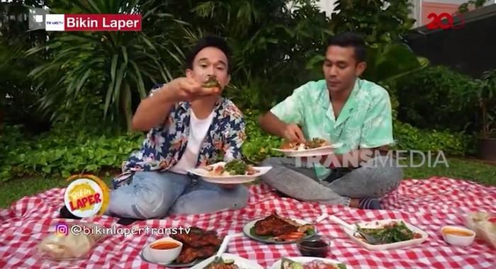 Bikin Laper! Anwar BAB Piknik Sambil Makan Ayam Taliwang khas Lombok