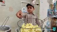 Salut! Bocah 8 Tahun Ini Gigih Jualan Kentang Goreng di Pinggir Jalan
