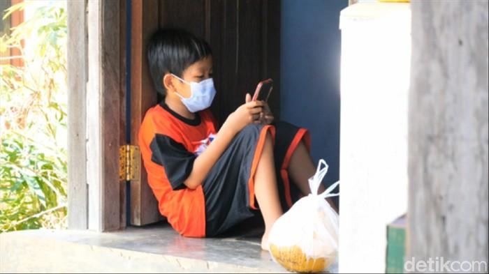 Bocah Vino yang menjadi yatim piatu gegara pandemi COVID-19. (Suriyatman/detikcom)