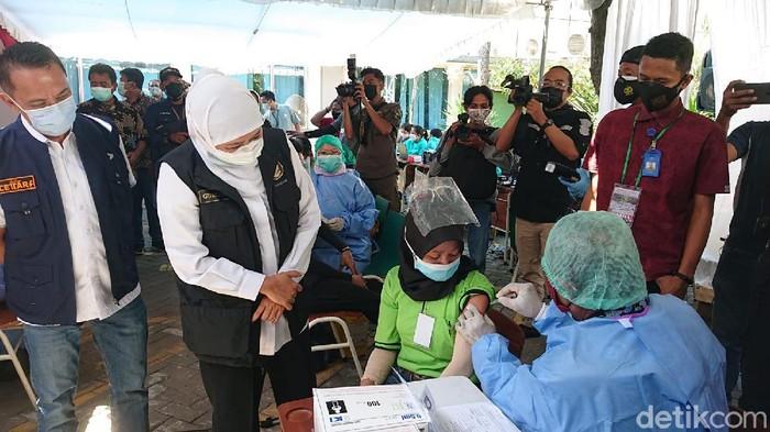 Gubernur Khofifah tinjau vaksinasi di PT Integra