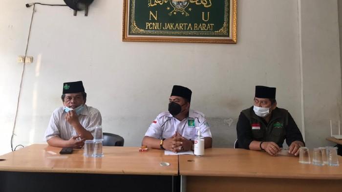 H Sarmili (tengah) meminta maaf soal insiden bawa pistol di apartemen di Cengkareng, Jakbar, saat jumpa pers di kantor PCNU Jakbar, Cengkareng, Sabtu (24/7/2021).