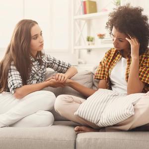 Cara Bantu Teman yang Putus Cinta agar Cepat Move On