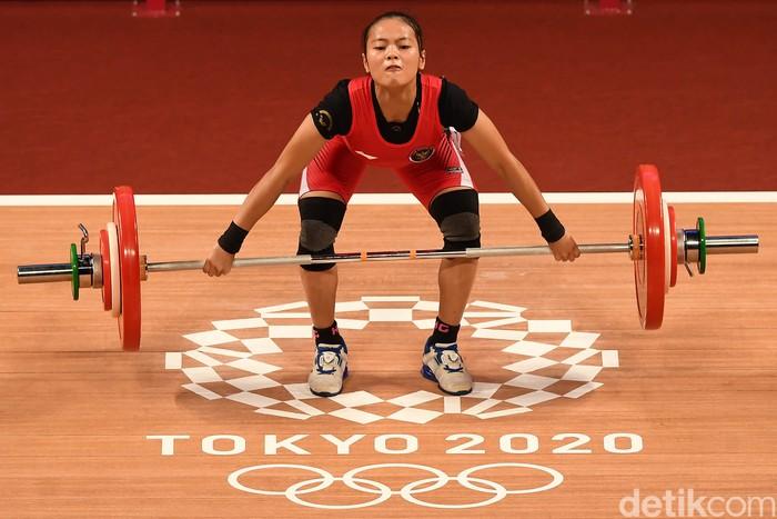 Lifter putri Indonesia Windy Cantika Aisah melakukan angkatan snatch dalam kelas 49 Kg Putri Grup A Olimpiade Tokyo 2020 di Tokyo International Forum, Tokyo, Jepang, Sabtu (24/7/2021). Windy Cantika berhasil mempersembahkan medali pertama bagi Indonesia yakni perunggu dengan total angkatan 194 Kg. ANTARA FOTO/Sigid Kurniawan/wsj.
