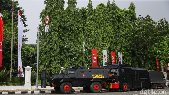 Kepolisian menyiapkan kawat berduri di dekat Istana Negara, tepatnya di kawasan Harmoni, Sabtu (24/7). Kawat berduri itu untuk mengantisipasi adanya demo Jokowi End Game.