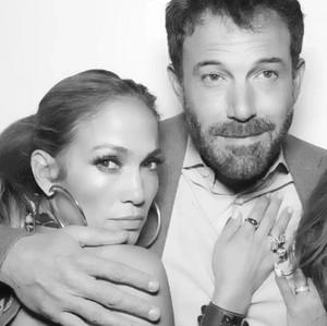 Ben Affleck Beri Kalung Rp 130 Juta untuk Jennifer Lopez, Ada Maknanya