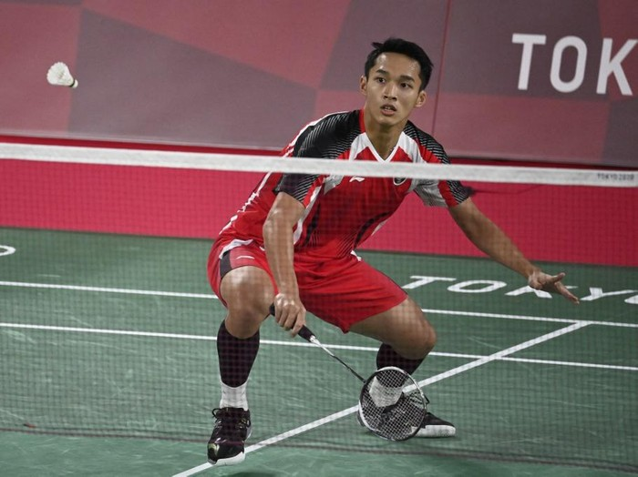Indonesias Jonatan Christie hits a shot in his mens singles badminton group stage match against Refugee Olympic Teams Aram Mahmoud during the Tokyo 2020 Olympic Games at the Musashino Forest Sports Plaza in Tokyo on July 24, 2021. (Photo by Alexander NEMENOV / AFP)