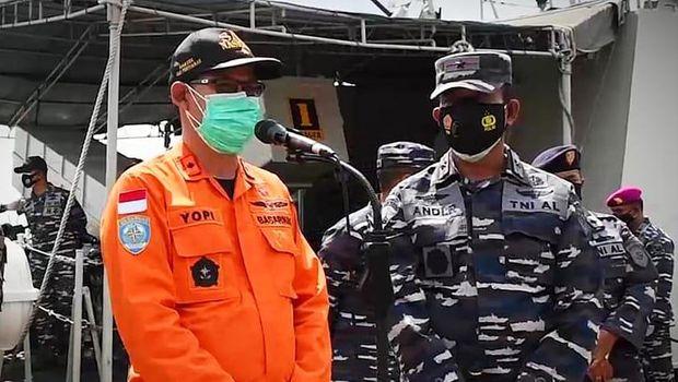 Kakansar Pontianak Yopi Haryadi (kiri) dan Danlantamal XII Pontianak Brigjen TNI Marinir Andi Rukman (kanan) saat mengumunkan penghentian pencarian ABK hilang di perairan Kalbar (dok Koarmada I)
