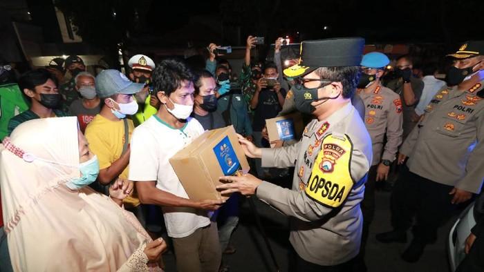 Kapolda Jatim memberikan bansos ke warga