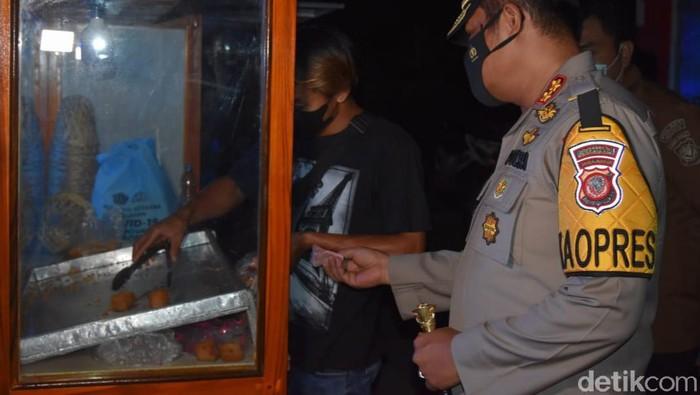 Kapolres Indramayu boring tahu sumedang saat patrol bagi-bagi sembako