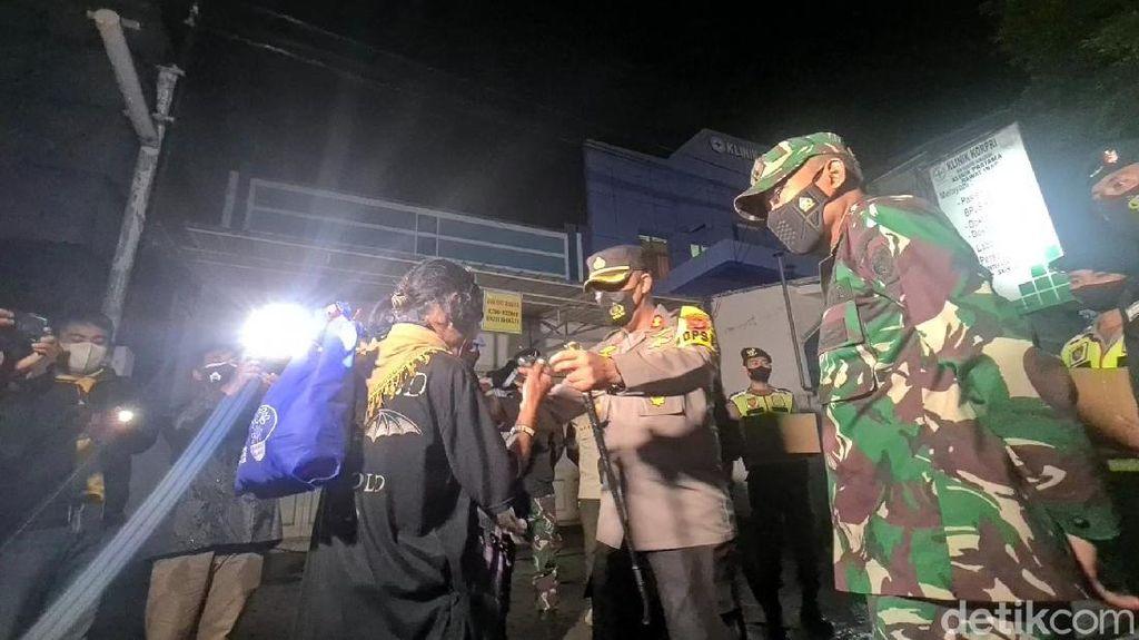 Tengah Malam Kapolres-Dandim Sukabumi Sebar Sembako
