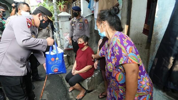 Kapolri Jenderal Listyo Sigit memberi bantuan ke warga yang terdampak Corona
