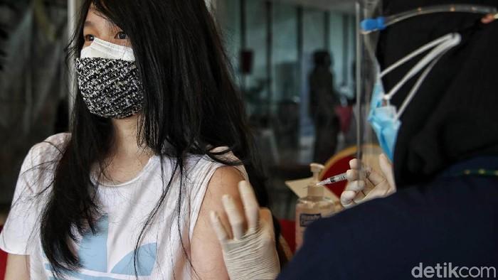 Anak-anak usia 12-17 tahun mengikuti vaksinasi COVID-19 di kawasan Ancol, Jakarta, Sabtu (24/7). Program vaksinasi ini untuk memperingati Hari Anak Nasional.