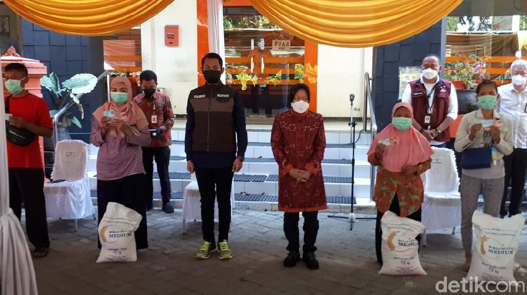 Pantau Penyaluran Bansos di Tuban, Risma: Semoga Bisa Ringankan Beban Warga
