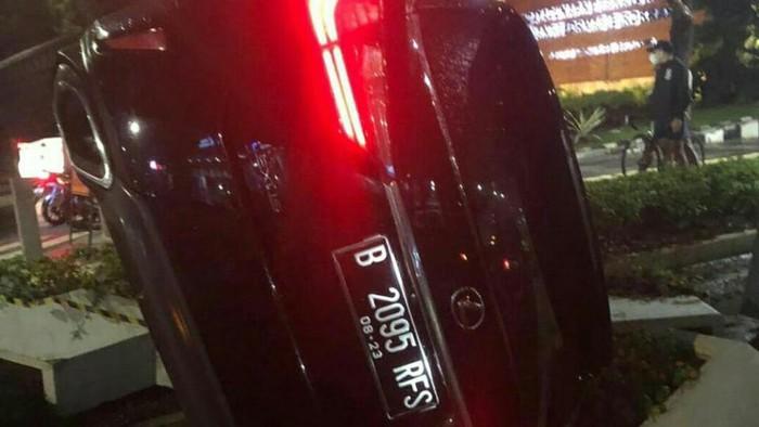 Mobil Lexus berpelat RFS terguling di Bundaran Senayan, Sabtu (24/7/2021).