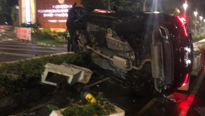 Mobil Lexus pelat RFS terguling di Bundaran Senayan gegara hindari penyekatan, Sabtu (24/7/2021). Foto dikirim Kasi Laka Lantas Polda Metro Jaya AKP Robby.