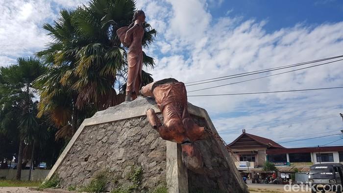 Patung di Kecamatan Wonomulyo, Polewali Mandar, Sulawesi Barat, dihancurkan pria bermartil. (Abdy Febriady/detikcom)