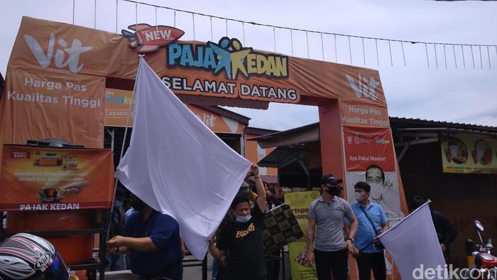 Pedagang di Medan dan Deli Serdang kibarkan bendera putih karena terdampak pandemi COVID-19. (Datuk Haris M/detikcom)