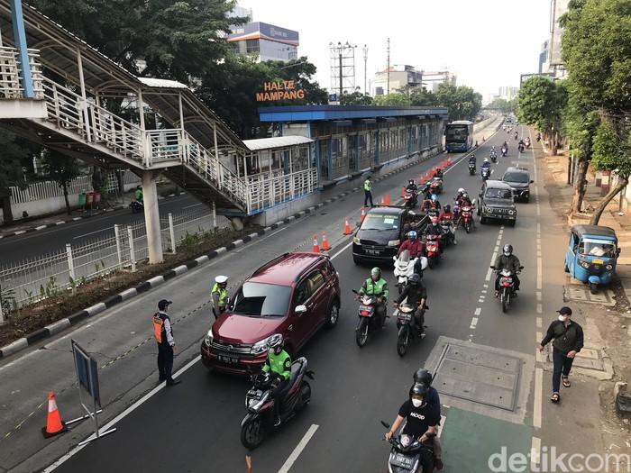 Penyekatan di Jl Mampang Prapatan Raya, Jakarta Selatan, 24 Juli 2021, pagi. (Nur Aziza/detikcom)