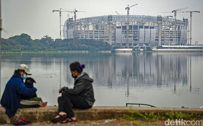 Suasana pembangunan Jakarta International Stadium (JIS) berlangsung di Papanggo, Tanjung Priok, Jakarta, Sabtu (24/7/2021). Berdasarkan laporan mingguan ke-98 yang dirilis 20 Juli 2021, PT Jakarta Propertindo (Jakpro) mencatat realisasi pembangunan stadion yang diproyeksikan berkapasitas 82 ribu penonton itu telah mencapai 63,97 persen. ANTARA FOTO/Aditya Pradana Putra/wsj.