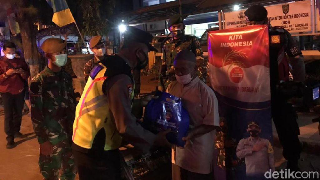 Patroli Sambil Berbagi, TNI-Polri Sebar Sembako ke Warga Lamongan