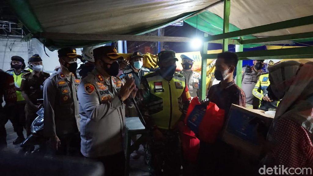 PKL di Mojokerto Ditertibkan Humanis, Dapat Sembako Hingga Dagangan Diborong
